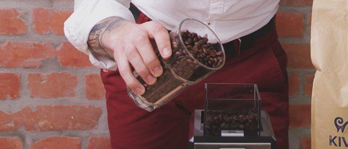 gemahlenen Kaffee in den Filter