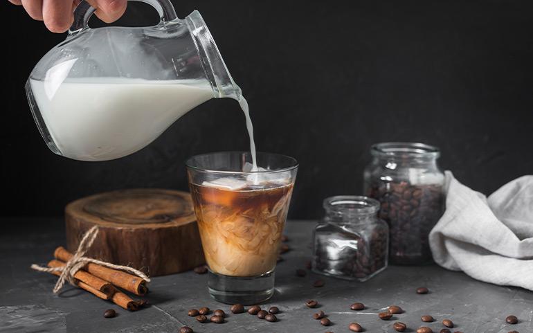 Kāds piens vislabāk iet kopā ar kafiju un kā tas ietekmē jūsu veselību